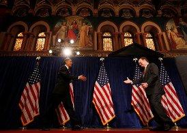 Prezident univerzity John J. DeGioia zdraví Baracka Obamu. Kam se ztratilo IHS?