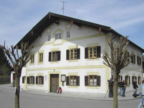 Dům Ratzingerových, Schulstraße 11 ve vesnici Makrtl am Inn v Bavorsku. Zde se narodilo jejich třetí dítě, Joseph Alois.